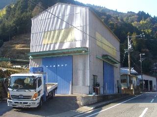 工場と4トン車.